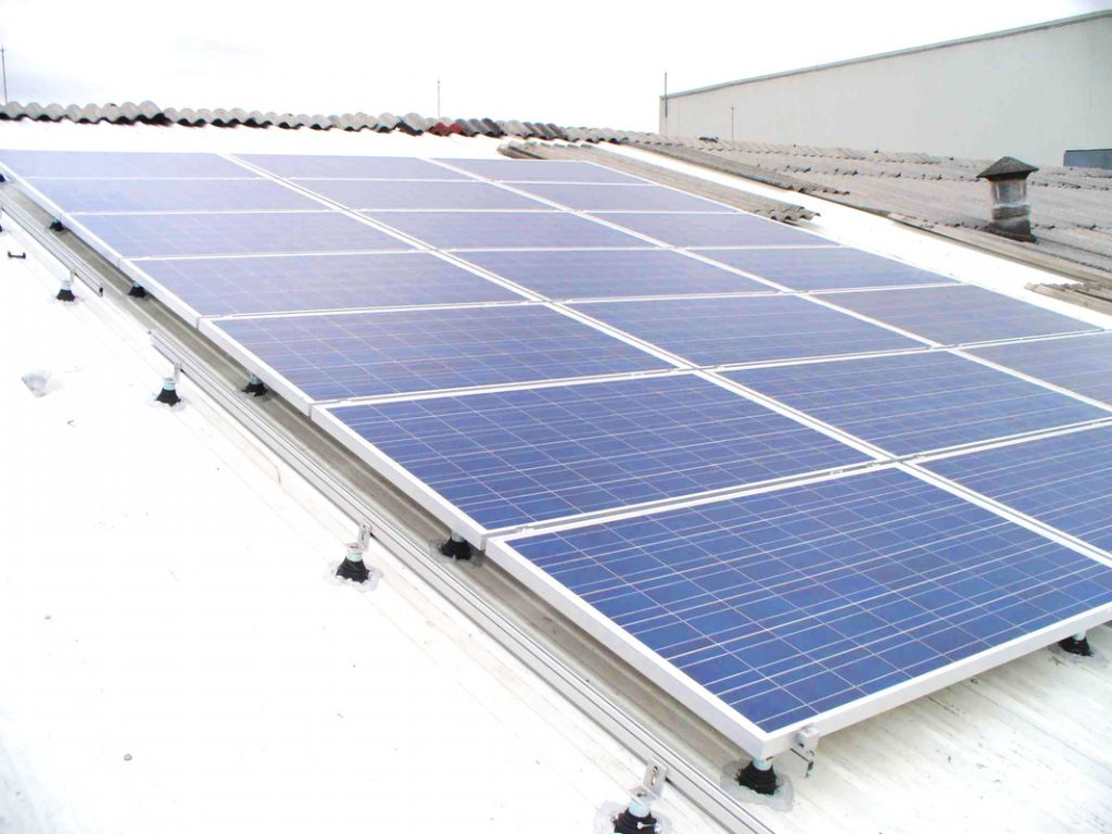 paneles solares instaladoe s en una planta industrial de san luis potosi para bajar consumo de luz